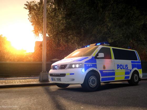 Volkswagen T5 Multivan 2009 Swedish Police   Front   Blue lights on